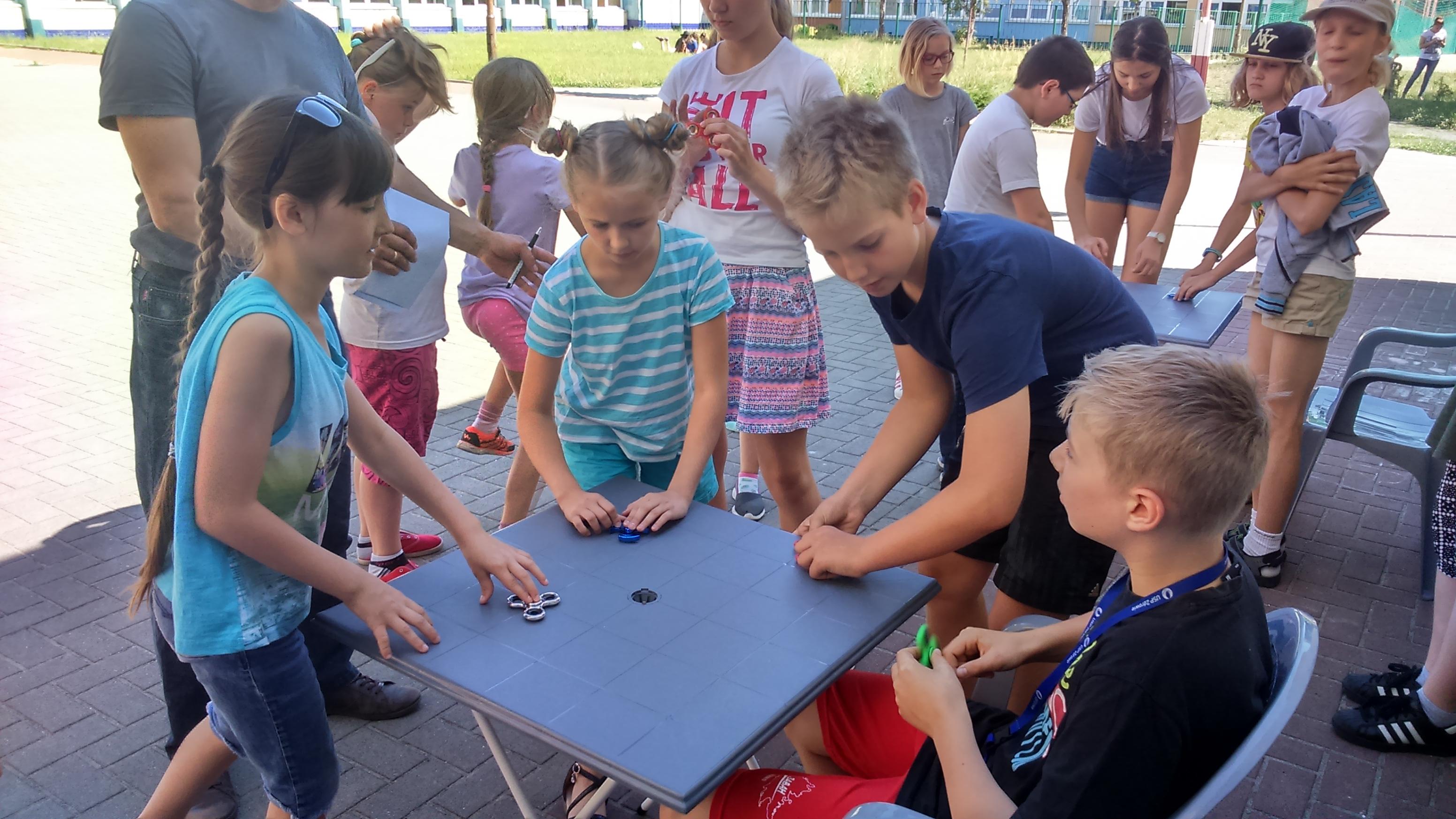 Turniej w kółko i krzyżyk oraz fidget spinner
